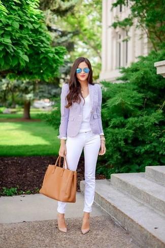 Comment porter: blazer violet clair, t-shirt à col en v blanc, jean skinny blanc, escarpins en cuir beiges