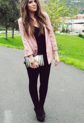 Comment porter: blazer rose, t-shirt à col en v noir, jean skinny noir, escarpins en daim noirs