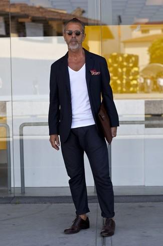 Comment porter: blazer bleu marine, t-shirt à col en v blanc, pantalon chino bleu marine, chaussures richelieu en cuir marron foncé
