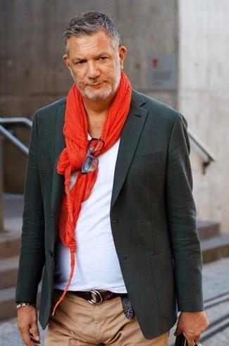 Comment porter: blazer gris foncé, t-shirt à col en v blanc, pantalon chino marron clair, écharpe rouge