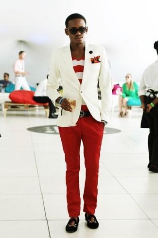 Comment porter: blazer blanc, t-shirt à col en v à rayures horizontales blanc et rouge, pantalon chino rouge, slippers en velours imprimés noirs