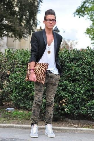Comment porter: blazer noir, t-shirt à col en v blanc, pantalon chino camouflage olive, baskets montantes bleu clair