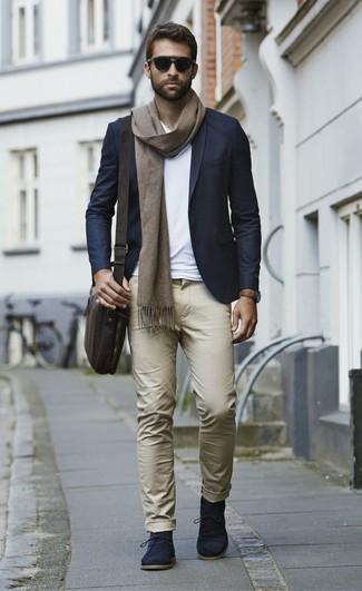 Comment porter: blazer bleu marine, t-shirt à col en v blanc, pantalon chino marron clair, bottines chukka en daim bleu marine