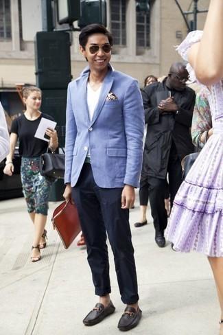 Comment porter une pochette de costume imprimée blanche: Pense à harmoniser un blazer bleu clair avec une pochette de costume imprimée blanche pour un look confortable et décontracté. Une paire de des mocassins en cuir noirs est une façon simple d'améliorer ton look.