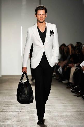 Comment porter: blazer blanc, t-shirt à col en v noir, pantalon de costume noir, monks en cuir noirs