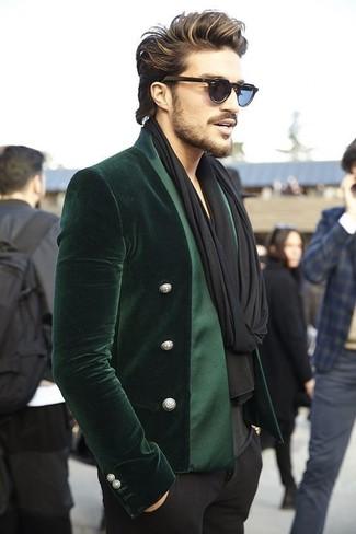 Comment porter: blazer en velours vert foncé, t-shirt à col en v noir, pantalon de costume noir, écharpe noire