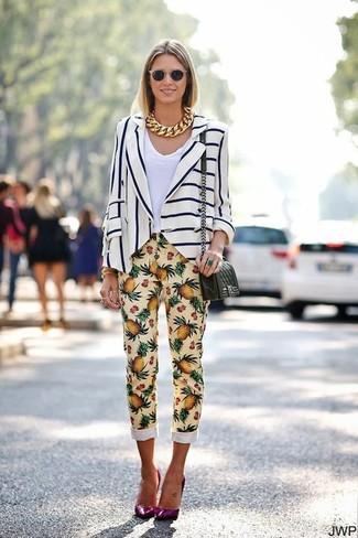 Comment porter: blazer à rayures verticales blanc et bleu marine, t-shirt à col en v blanc, pantalon slim imprimé jaune, escarpins en cuir pourpres