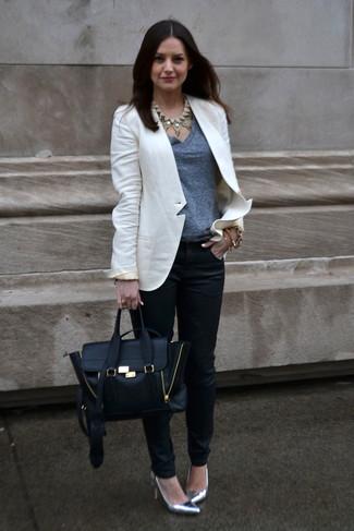 Comment porter: blazer blanc, t-shirt à col en v gris, pantalon slim noir, escarpins en cuir argentés