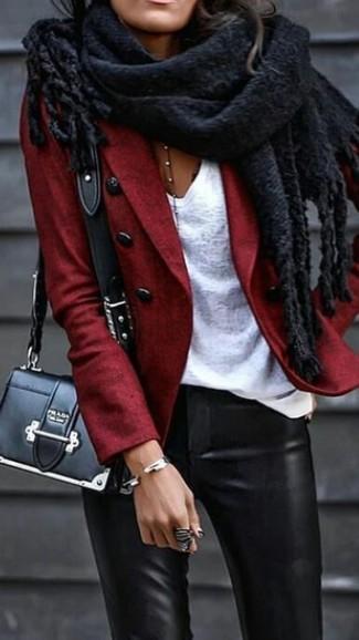 Les journées chargées nécessitent une tenue simple mais stylée, comme un blazer en laine rouge et une écharpe noire femmes Acne Studios.