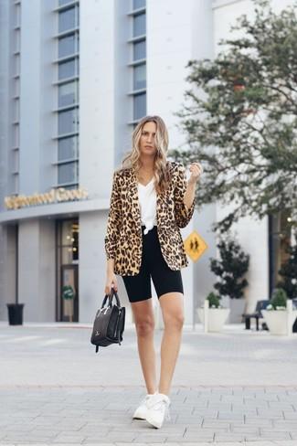 Comment porter: blazer imprimé léopard marron clair, t-shirt à col en v blanc, short cycliste noir, chaussures de sport blanches