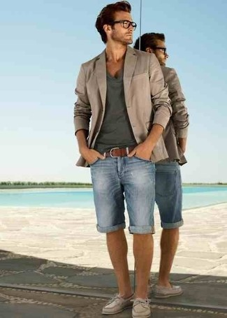 Comment porter: blazer beige, t-shirt à col en v gris foncé, short en denim bleu clair, chaussures bateau en cuir beiges