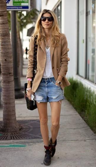 Comment porter: blazer en laine marron clair, t-shirt à col en v blanc, short en denim bleu clair, bottines en cuir noires