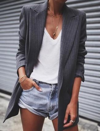 Comment porter: blazer à rayures verticales gris foncé, t-shirt à col en v blanc, short en denim bleu clair, pendentif doré