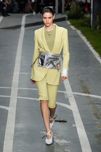 Comment porter: blazer chartreuse, t-shirt à col rond olive, bermuda chartreuse, escarpins en cuir blancs
