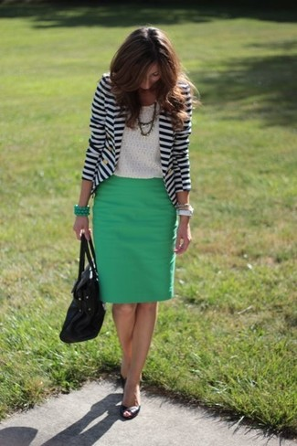 Comment porter: blazer à rayures horizontales blanc et bleu marine, t-shirt à col rond en dentelle blanc, escarpins en cuir découpés noirs, cartable en cuir noir