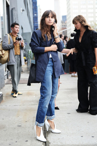 Tenue de Miroslava Duma: Blazer à rayures verticales bleu marine, T-shirt à col rond blanc, Jean boyfriend bleu, Escarpins en cuir blancs