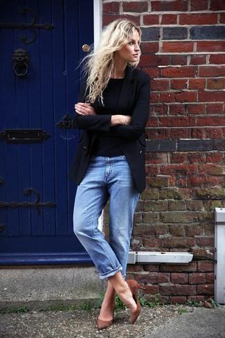 Comment porter: blazer noir, t-shirt à col rond noir, jean boyfriend bleu, escarpins en daim marron