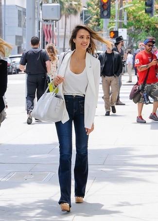 Pour une tenue de tous les jours pleine de caractère et de personnalité marie un blazer blanc avec un jean flare bleu marine. Termine ce look avec une paire de des sandales compensées en cuir beiges.