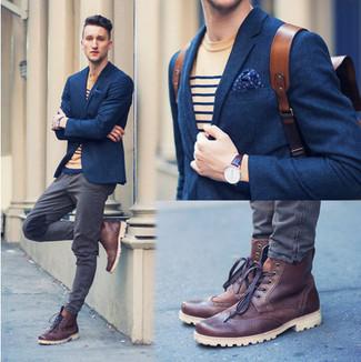 Comment porter: blazer en laine bleu marine, t-shirt à col rond à rayures horizontales marron clair, jean gris, bottes brogue en cuir bordeaux