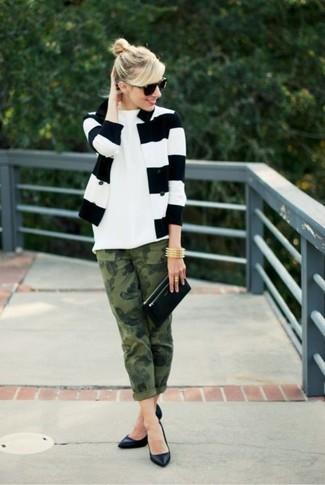 Comment porter: blazer à rayures horizontales blanc et noir, t-shirt à col rond blanc, jean camouflage olive, escarpins en cuir noirs