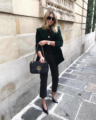 Comment porter: blazer en velours vert foncé, t-shirt à col rond noir, jean noir, escarpins en cuir noirs