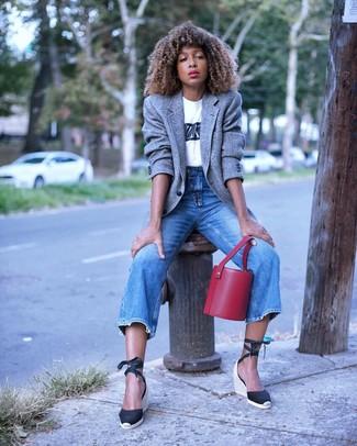 Comment porter: blazer en laine gris, t-shirt à col rond imprimé blanc et noir, jean bleu, sandales compensées en toile noires