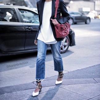Comment porter: blazer noir, t-shirt à col rond blanc, jean bleu, escarpins en cuir blancs et noirs