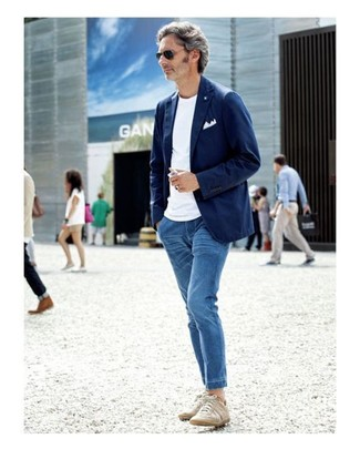 Comment porter: blazer en coton bleu marine, t-shirt à col rond blanc, jean bleu, baskets basses beiges