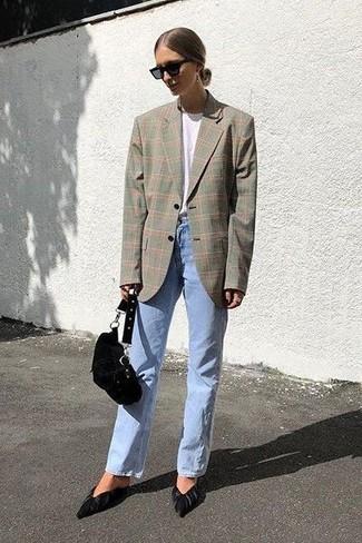 Comment porter: blazer écossais gris, t-shirt à col rond blanc, jean bleu clair, escarpins en daim noirs