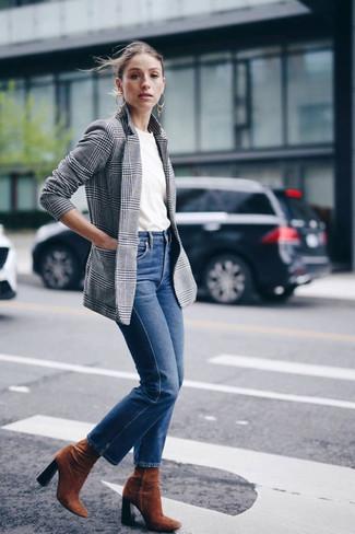 Comment porter: blazer écossais gris, t-shirt à col rond blanc, jean bleu, bottines en daim tabac