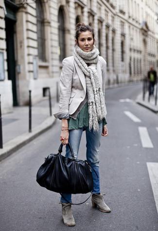 Comment porter: blazer gris, t-shirt à col rond vert foncé, jean déchiré bleu, bottines en daim grises