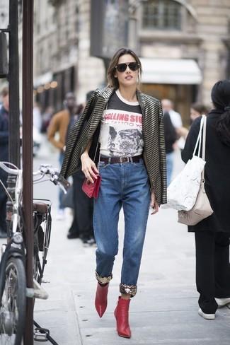 Comment porter: blazer à rayures horizontales noir, t-shirt à col rond imprimé blanc et noir, jean bleu, bottines en cuir rouges