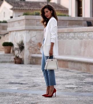 Comment porter un blazer blanc: Opte pour un blazer blanc avec un jean bleu pour une tenue confortable aussi composée avec goût. Une paire de des escarpins en daim rouges est une option judicieux pour complèter cette tenue.