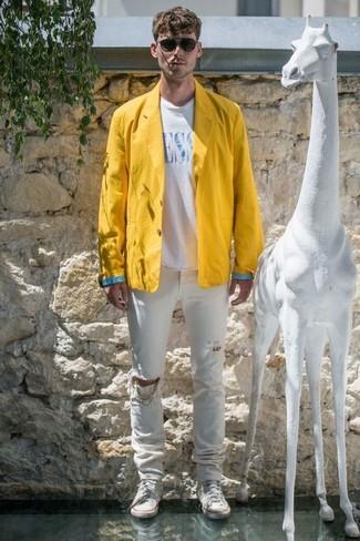 Comment porter: blazer en lin jaune, t-shirt à col rond imprimé blanc et bleu, jean déchiré blanc, baskets montantes en toile blanches
