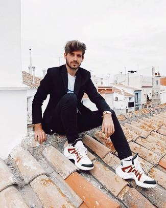 Comment porter: blazer noir, t-shirt à col rond imprimé blanc et bleu, jean noir, chaussures de sport blanches