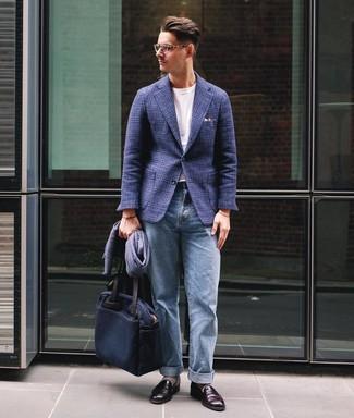 Comment porter un blazer en laine écossais bleu marine: Essaie de marier un blazer en laine écossais bleu marine avec un jean bleu clair pour un look de tous les jours facile à porter. Transforme-toi en bête de mode et fais d'une paire de des slippers en cuir bordeaux ton choix de souliers.