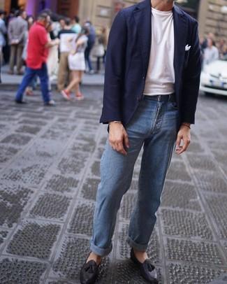 Comment porter: blazer bleu marine, t-shirt à col rond blanc, jean bleu clair, mocassins à pampilles en cuir noirs