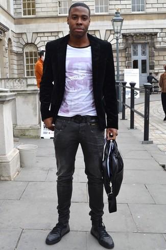 Comment porter une serviette en cuir noire: Associe un blazer en velours noir avec une serviette en cuir noire pour une tenue idéale le week-end. Termine ce look avec une paire de des baskets basses en cuir noires pour afficher ton expertise vestimentaire.