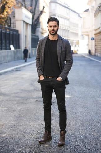 Un blazer à porter avec des bottes de loisirs marron foncé: Choisis un blazer et un jean noir pour achever un look habillé mais pas trop. Complète ce look avec une paire de des bottes de loisirs marron foncé.