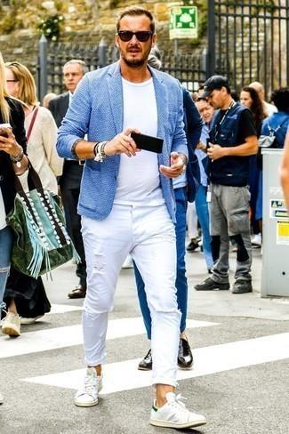 Tendances mode hommes: Choisis un blazer en tricot bleu clair et un jean déchiré blanc pour une tenue idéale le week-end. Une paire de des baskets basses en cuir blanches est une option astucieux pour complèter cette tenue.