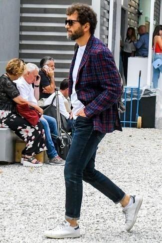 Comment porter des chaussettes invisibles blanches: Garde une tenue relax avec un blazer écossais rouge et bleu marine et des chaussettes invisibles blanches. Apportez une touche d'élégance à votre tenue avec une paire de des baskets basses en cuir blanches et noires.