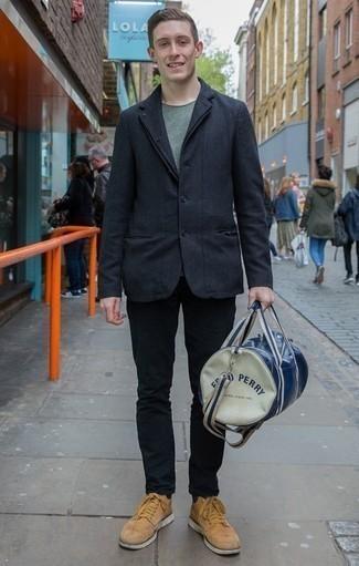 Tendances mode hommes: Pense à associer un blazer gris foncé avec un jean noir pour aller au bureau. Assortis ce look avec une paire de des bottes de loisirs en daim marron clair.