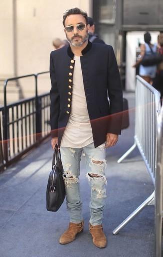 Comment porter un t-shirt à col rond beige: Pense à associer un t-shirt à col rond beige avec un jean déchiré bleu clair pour un look idéal le week-end. Apportez une touche d'élégance à votre tenue avec une paire de des bottines chelsea en daim marron clair.
