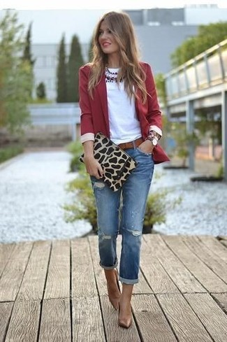 Porte un blazer rouge et des bas de vêtements pour créer un style chic et glamour. Assortis cette tenue avec une paire de des escarpins en cuir bruns pour afficher ton expertise vestimentaire.