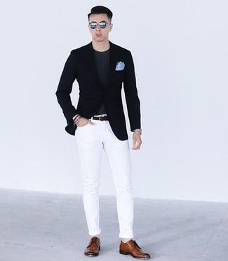 Comment porter un t-shirt à col rond: Pense à marier un t-shirt à col rond avec un jean blanc pour obtenir un look relax mais stylé. Ajoute une paire de des chaussures derby en cuir marron à ton look pour une amélioration instantanée de ton style.