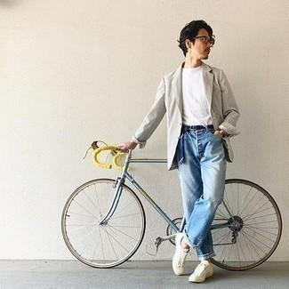 Comment porter un blazer à rayures verticales blanc et noir: Harmonise un blazer à rayures verticales blanc et noir avec un jean bleu clair pour obtenir un look relax mais stylé. Pourquoi ne pas ajouter une paire de des baskets basses en toile beiges à l'ensemble pour une allure plus décontractée?