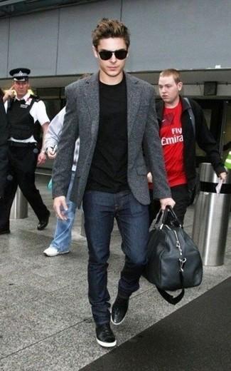Comment porter: blazer en laine gris foncé, t-shirt à col rond noir, jean bleu marine, baskets montantes en cuir noires