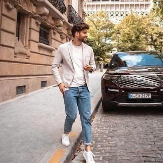 Comment porter un jean bleu: Pense à harmoniser un blazer beige avec un jean bleu si tu recherches un look stylé et soigné. Jouez la carte décontractée pour les chaussures et assortis cette tenue avec une paire de baskets basses en toile blanches.