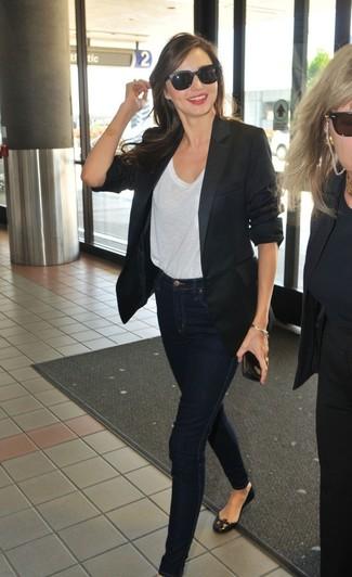 Tenue de Miranda Kerr: Blazer noir, T-shirt à col rond blanc, Jean skinny bleu marine, Ballerines en cuir noires