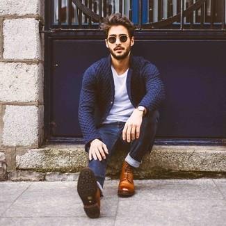 Comment porter: blazer en tricot bleu marine, t-shirt à col rond blanc, jean skinny bleu marine, bottes habillées en cuir marron